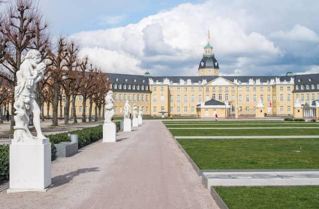 Zeitreise in eine Vergangenheit, als Mitmachvisionen noch in weiter Ferne lagen: Das Karlsruher Schloss mit den mythologischen Skulpturen im Schlossbezirk der Stadt.