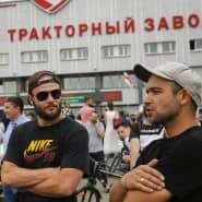 Will Gewalt und Straßenkämpfe unbedingt vermeiden: Rapper Max Korsch (Mitte) mit Fans vor der Traktorfabrik in Minsk