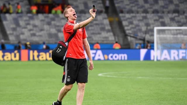 Mertesacker macht ein Selfie. Sein patziges Interview nach dem Algerien-Spiel ist jetzt schon Kult.