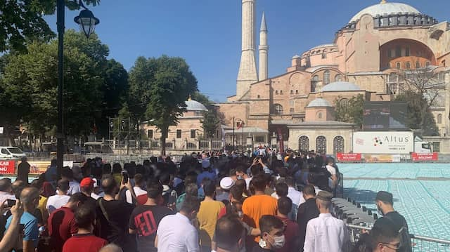 Der Andrang der Gläubigen vor der Hagia Sophia ist groß – noch.