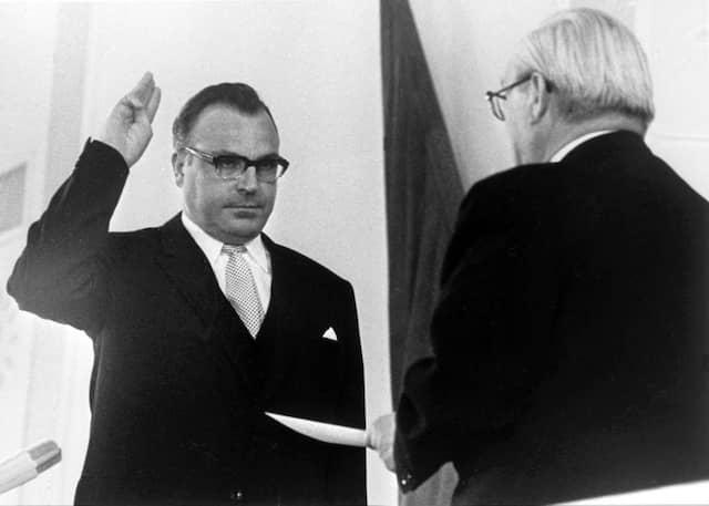 Helmut Kohl bei seiner Vereidigung als Ministerpräsident von Rheinland-Pfalz im Mai 1969