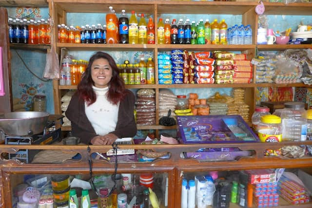 Im General Store gibt es alles, was man im alltäglichen Leben braucht, adrett sortiert nach Art der Ware und nach Farben, weshalb die Arrangements im Geschäft an Farbfeldmalerei erinnern.
