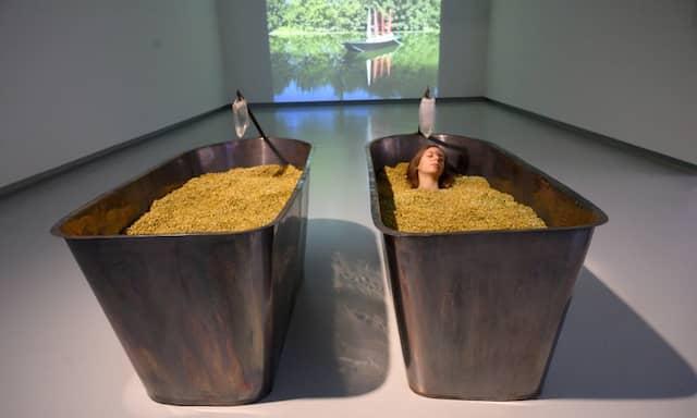 """Wirkt anthroposophisch und duftet gut: Marina Abramovićs Installation """"Reprogramming Levitation Modul 2000"""" bietet in Tübingen zwei Badewannen voller Kamillenblüten und je einem Chakra-Kristall auf."""