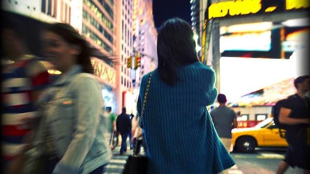 Noch in dunkler Nacht gibt es Momente wahrhaftigen Gefühls: Der Times Square in New York