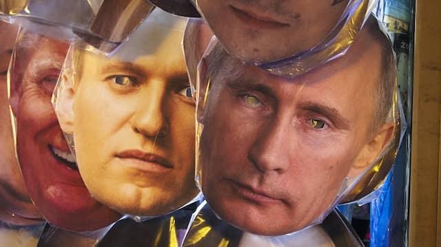In Russlands antihistorischem Theater wechseln die Darsteller, aber nicht die Rollen: Gesichtsmasken mit Porträts von Alexej Nawalnyj und Wladimir Putin in einem Petersburger Souvernirladen.