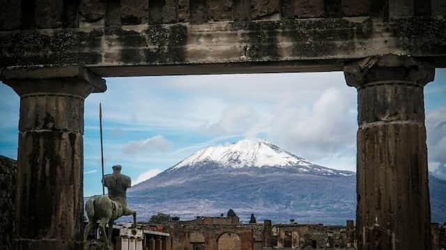 Bis 79 nach Christus war es ein andauernder Tanz am Rande des Vulkans: Der schneebedeckte Gipfel des Vesuv wird von den antiken Ruinen der archäologischen Ausgrabungsstätte von Pompeji gerahmt.