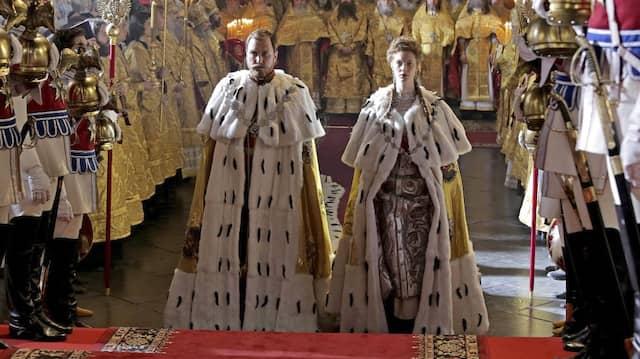 Pompös: Lars Eidinger (links) als Zar Nikolaus II. und Luise Wolfram als Alexandra Fjodorowna, die letzte Kaiserin von Russland.