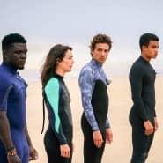 Spielen die Surfer, die entschlossen sind, gegen eine Wolke zu kämpfen: Jordy Grembre, Marie Dompnier, Roberto Calvet, Théo Christine, Paul Duvignau (von links).