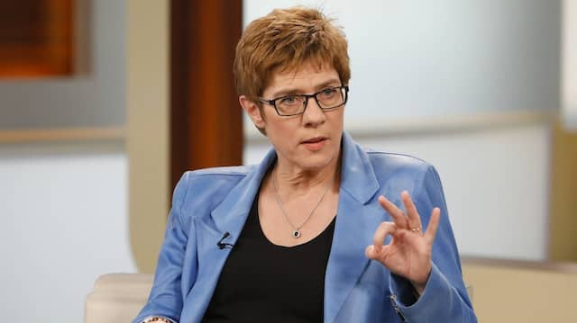 Sie gibt den Kolleginnen und Kollegen aus den anderen Bundesländern schon einmal die Richtung vor: Annegret Kramp-Karrenbauer, hier zu Gast in der Talkshow von Anne Will im Ersten Ende Mai dieses Jahres.