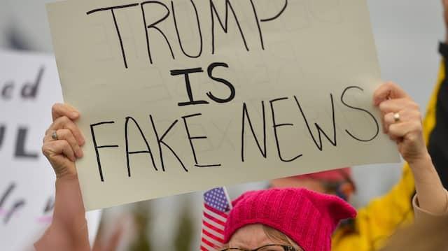 """""""Fake News"""": Bei einer Demonstration gegen Donald Trump, im Februar dieses Jahres in Louisville."""