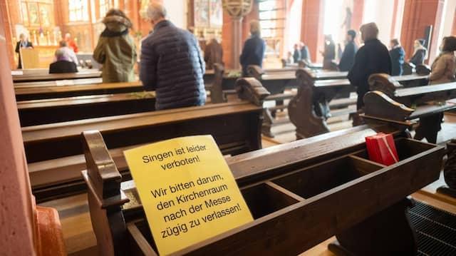 Weniger Kirchensteuer: Gottesdienst in der katholischen Leonhardskirche in Frankfurt
