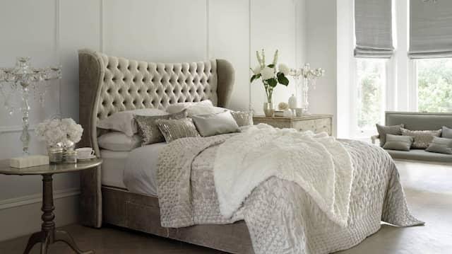 Wer solch ein opulentes Schlafzimmer besitzt, will es auch herzeigen.