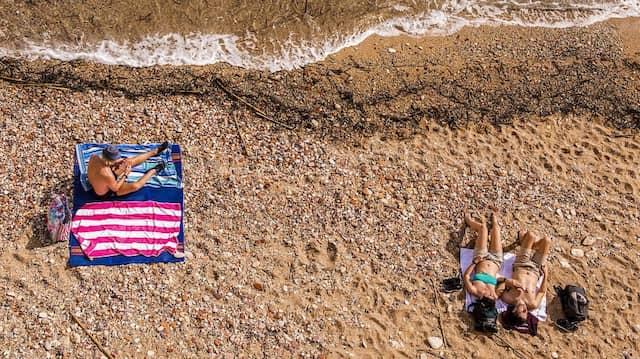 Zurück im Glück: Urlauber in einem Strandbad auf Sizilien