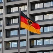 Deutsche Flagge vor der Zentrale der Bundesbank in Frankfurt