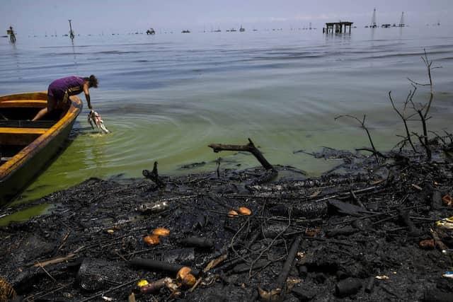 Säubern, aber wo? Fabiola Elizalzabal spült Fische aus dem Fang ihres Vater im verdreckten Meer.