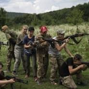 Die Kinder üben, bewaffnet mit AK-47 Sturmgewehren, eine Angriffsformation.