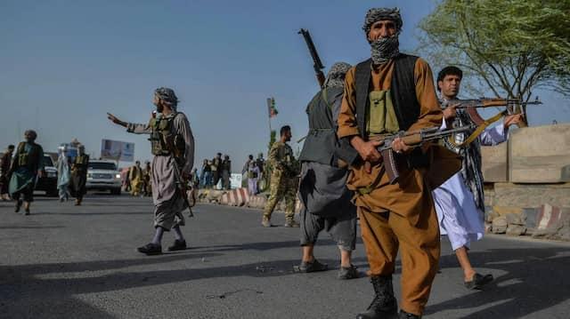 Afghanisches Sicherheitspersonal und afghanische Milizen, die gegen die Taliban kämpfen, stehen am 30. Juli im Bezirk Enjil in der Provinz Herat Wache.