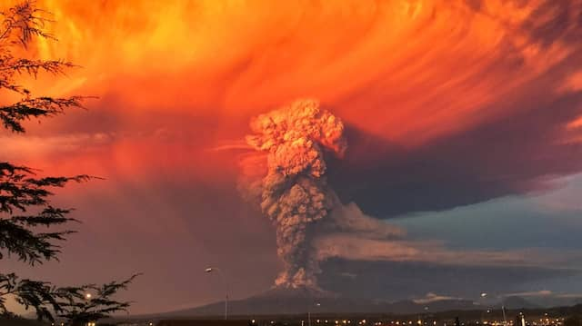 Der Calbuco-Vulkan in Chile schleudert am 22. April 2015 Asche, Steine und Gase bis zu 15 Kilometer hoch in die Luft.