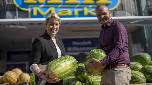 Franziska Giffey macht Wahlkampf mit dem SPD-Bundestagskandidaten Dimitri Geidel in Marzahn.