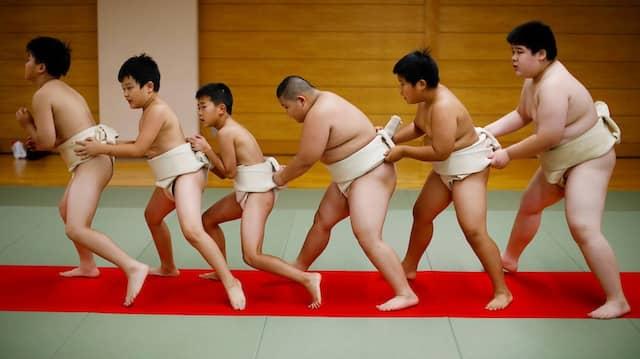 Aufwärmprogramm im Komatsuryu Sumo Club von Tokio.