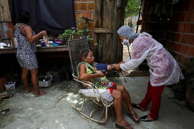 Vanda untersucht ihre Patientin Apolonia Antonia Martins Bare vom Bare-Stamm.