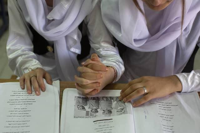 Junge Jesiden in traditioneller Kleidung werden in der Nähe des irakischen Dohuk an ihre Religion und Kultur herangeführt.