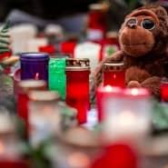 Vor dem Krefelder Zoo: Anwohner gedenken mit Kerzen und Plüschtieren der beim Brand getöteten Tiere.