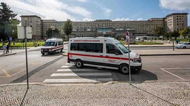 Krankenwagen vor dem Krankenhaus Santa Maria in Lissabon (Symbolbild)