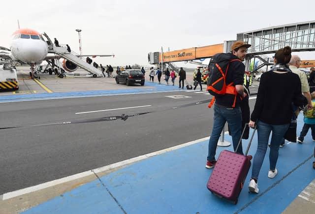 Selbst kleine Koffer dürfen inzwischen oft nicht mehr als Handgepäck mit an Bord.