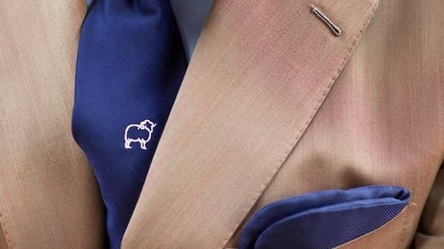 Stilvoller Auftritt: Zegna trägt eine Seidenkrawatte mit dem Symbol der Merinofarmer in Australien.