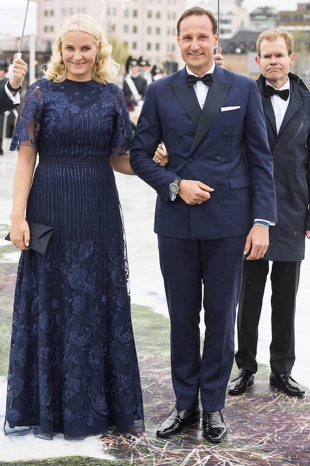 Norwegens Kronprinzessin trug auch hier ein dunkles Kleid mit Blumen, war aber auch zu diesem Termin im Mai 2017 nicht schwanger.