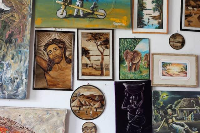 """Lokaler Kunst will Sumuni eine Plattform bieten. Der Name ihres Ladens heißt übersetzt """"Licht der Vergessenen""""."""