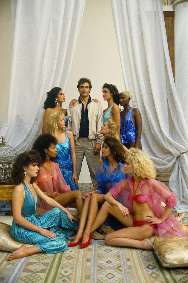 """Waris Dirie (hinten rechts) im Jahr 1987 als Bond-Girl namens Waris Walsh in """"Der Hauch des Todes"""" mit Timothy Dalton"""
