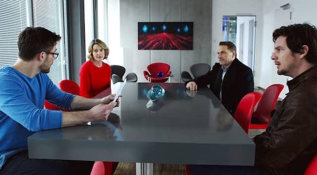 Entwickler Bogmann und Geschäftsführerin Mea Welsch (Karoline Eichhorn) erklären den Ermittlern, wie ihr Programm funktioniert.