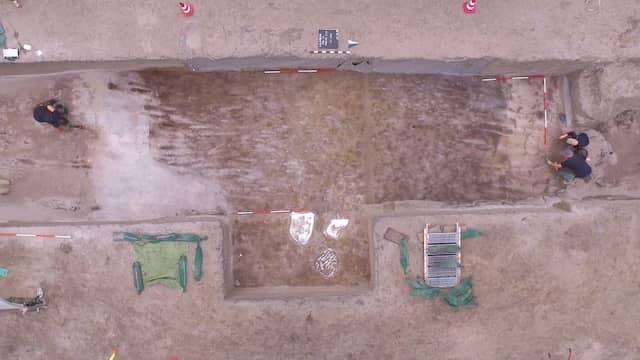 Bei den jüngsten Grabungen in Kalkriese wurden neue Pflugspuren gefunden, die für eine landwirtschaftliche Nutzung sprechen und Rückschlüsse auf die Datierung der übrigen Funde zulassen.