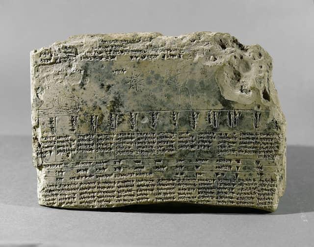 Astrologische Tafel mit Keilschrift sowie der Darstellung einer Frau, eines Raben und eines Sterns