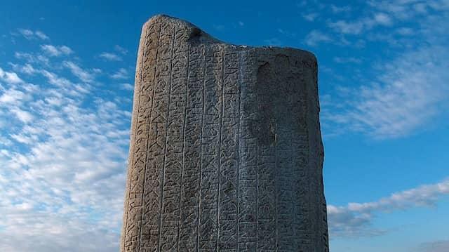 """Die Inschrift auf dem Runenstein von Tonyukuk in der mongolischen Steppe beginnt mit den Worten: """"Wenn ein Volk, das einen Kaiser hat, in welchem Land auch immer, einen solchen Kaiser wie mich hätte, welche Probleme gebe es dann noch."""" (nach der Übersetzung von Volker Rybatzki, Die Toñuquq-Inschrift [Studio uralo-altaica 40], Szeged 1997.)"""