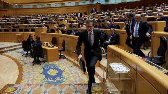 Ministerpräsident Mariano Rajoy verlässt die Debatte im spanischen Senat.