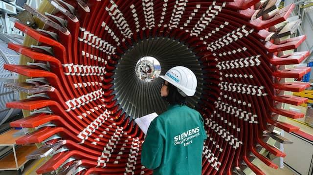 Maschinenbau? Kann sich lohnen. Im Bild ein Generatorständer, betrachtet von einer Mitarbeiterin der Factory Services im Siemens-Generatorenwerk in Erfurt (Archivbild).