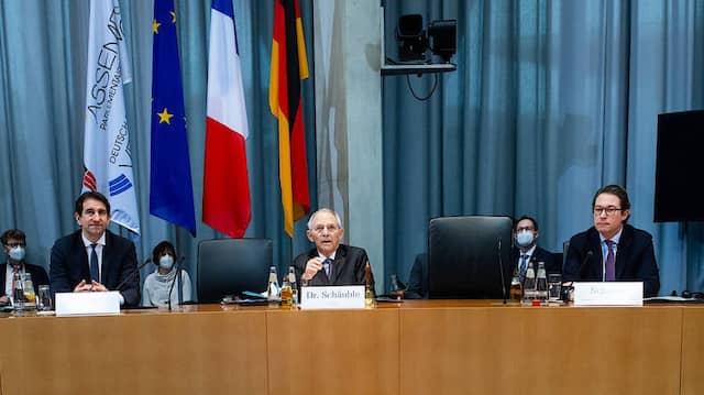 Bundestagspräsident Wolfgang Schäuble und der per Video zugeschaltete Präsident der Assemblée nationale, Richard Ferrand, eröffnen am Freitag die Parlamentarische Versammlung.