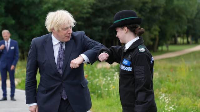 Bitte Abstand halten: Johnson begrüßt am Mittwoch eine Polizeikadettin.