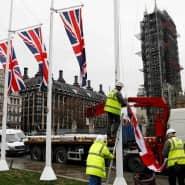 Am Tag vor dem Brexit werden vor dem Parlament in London britische Flaggen aufgehängt.