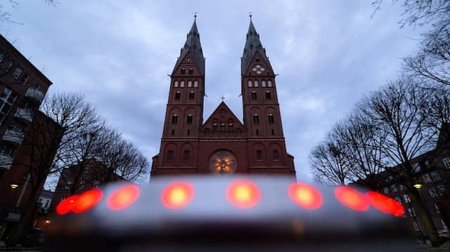 Der St.-Marien-Dom in Hamburg-St. Georg am Abend des 18. März 2021. Papst Franziskus hat die damals ausgesprochene Bitte um Amtsverzicht nicht angenommen.