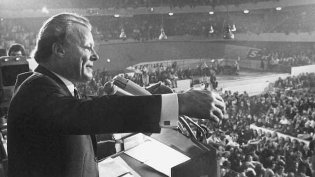 Triumphzug für den SPD-Kanzler: Willy Brandt spricht im Wahlkampf am 13. November 1972 in der Frankfurter Festhalle.