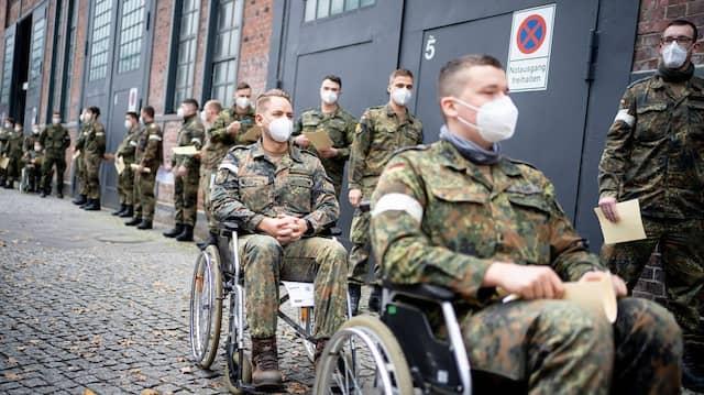 Testlauf in Treptow: Soldaten nehmen am 23. Dezember 2020 als Statisten an einem Testlauf im Berliner Corona-Impfzentrum teil.