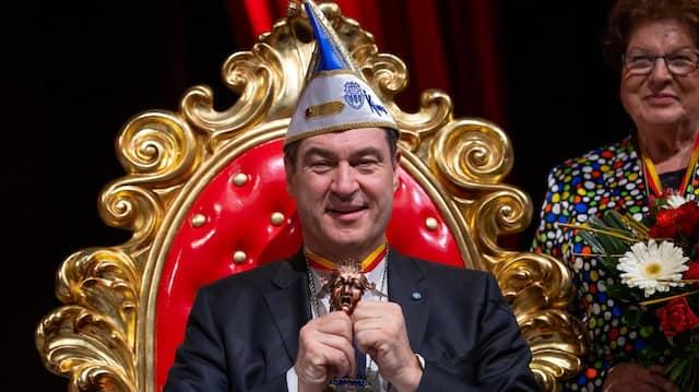 Markus Söder während der Prunksitzung der Kitzinger Karnevalsgesellschaft (KiKaG) mit dem Schlappmaulorden, mit dem er zuvor geehrt wurde.