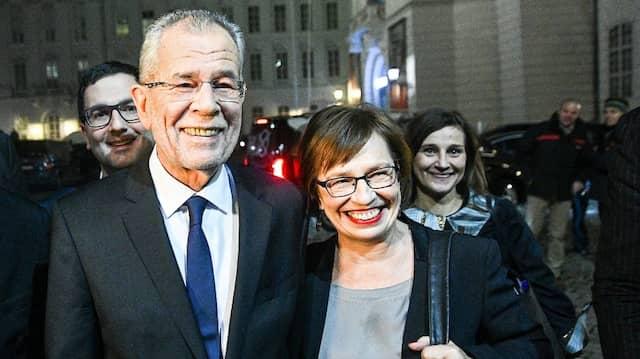 Wahlsieger Alexander Van der Bellen mit seiner Ehefrau Doris Schmidauer