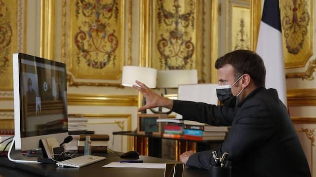 Frankreichs Präsident Emmanuel Macron am 6. April während einer Videokonferenz mit dem Schulleiter, Lehrern und Schülern einer Schule in Südfrankreich