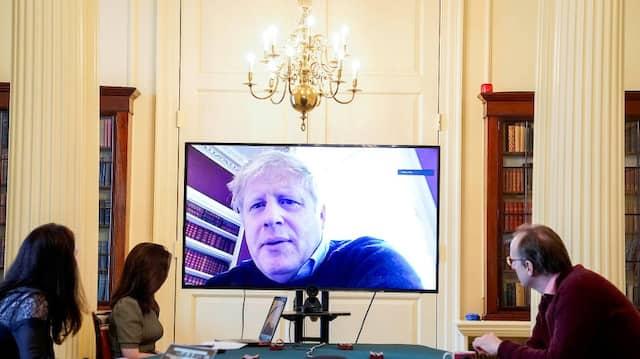 In häuslicher Isolation: Premierminister Boris Johnson nimmt per Videokonferenz an einer Besprechung teil.