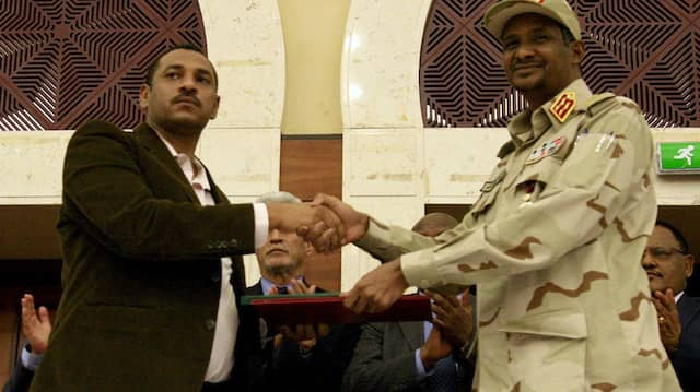 Sudans Vorsitzender des Militärrats Muhammad Hamdan Dagalo und der Protestführer Ahmad al-Rabiah am Mittwoch in Khartoum